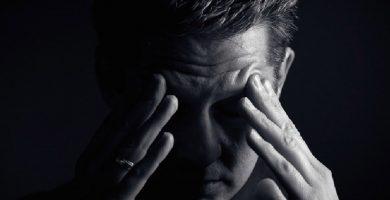 hombre tapandose la cara deprimido