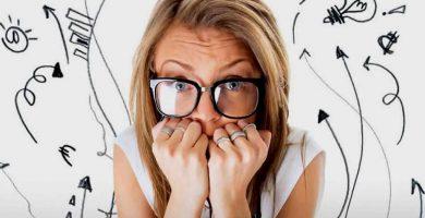 mujer tapandose boca por tener fobia