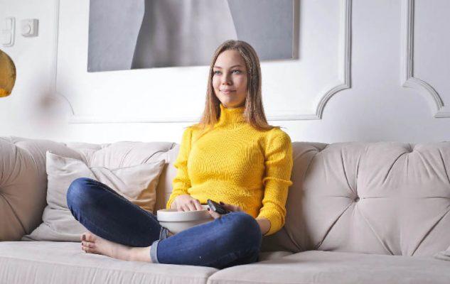 mujer sola en sofa