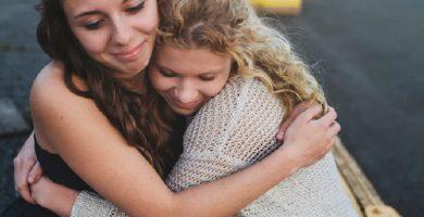 dos mujeres demostrando empatia